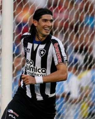 Botafogo faz série de postagens para aniversário de Loco Abreu: 'Ídolo e mestre da cavadinha'