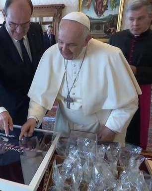 Premiê francês presenteia papa com camiseta autografada por Messi