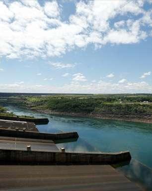 """""""Não temos água"""": Itaipu enfrenta crise energética com seca no rio Paraná"""