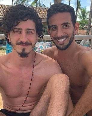 Johnny Massaro celebra namoro com amigo de infância