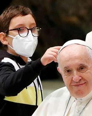 Menino persistente rouba o show em audiência papal