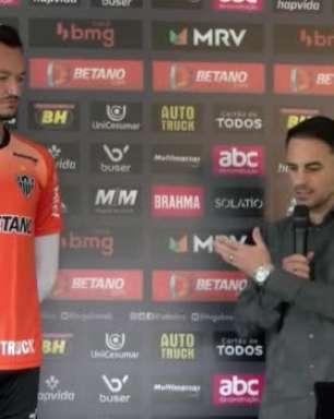 ATLÉTICO-MG: Réver é homenageado por completar 300 jogos no Galo e recebe placa e camisa comemorativa pela marca