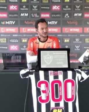 """ATLÉTICO-MG: Réver completa 300 jogos com a camisa do Galo, marca gol em goleada e comemora: """"Vai entrar para minha galeria de momentos felizes"""""""