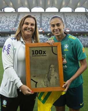 Andressa Alves recebe homenagem por 100 jogos com a Seleção feminina