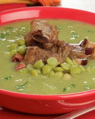 Sopa de ervilha com costelinha saborosa e nutritiva