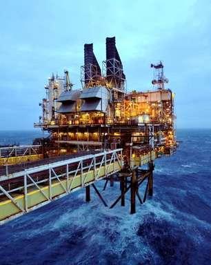 Preços do petróleo pairam abaixo de máximas recentes e fecham a semana em alta