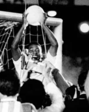 VÍDEO: Relembre o milésimo gol de Pelé, camisa 10 que completa 81 anos