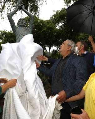 Tetracampeão Branco é eternizado com estátua em Bagé (RS), sua cidade natal