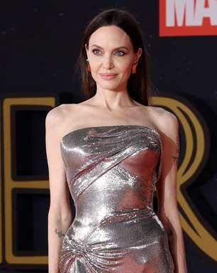 Angelina Jolie usa look de malha do estoque antigo da Versace