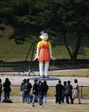 """""""Batatinha Frita 1, 2, 3"""": Boneca de """"Round 6"""" em parque de Seul atrai fãs"""