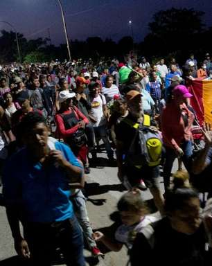 Caravana de centenas de imigrantes percorre o México rumo ao norte