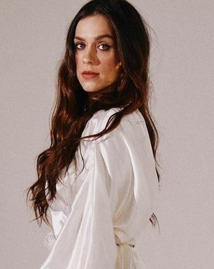 Sophia Abrahão prova elegância do look todo branco