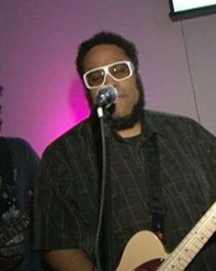 Confira apresentação do BNegão em festa do concurso Rock on Top
