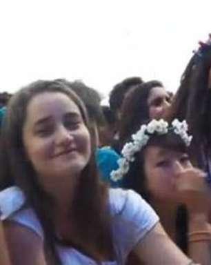 Fãs se empolgam e cantam junto com Clarice Falcão em show