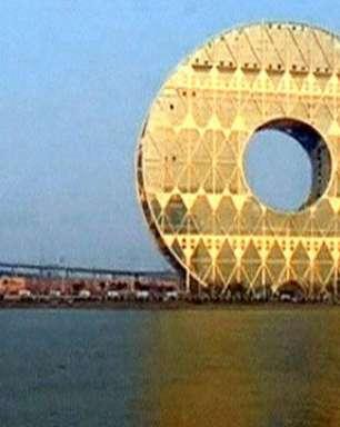 Prédio polêmico em formato circular fica pronto na China