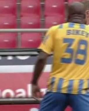 Camaronês cospe em zagueiro do Olympiacos no Campeonato Grego