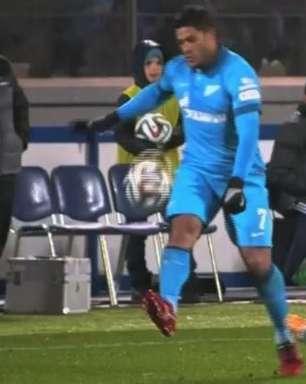 Hulk se irrita em derrota do Zenit e chuta bola para longe