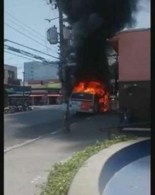 Fogo destrói micro-ônibus na zona oeste de São Paulo