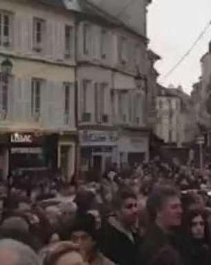 Pais de editor da Charlie Hebdo participam de ato na França