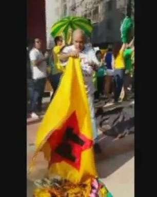 Idoso queima bandeira do PT durante protesto na Av. Paulista