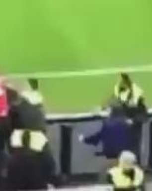 Zagueiro do Leverkusen troca socos com agentes e é demitido