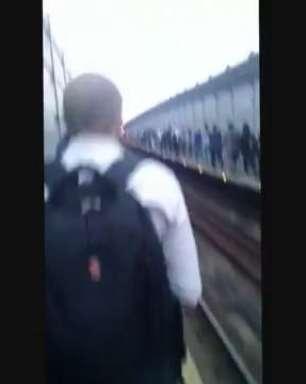 Falha em trem obriga usuários a caminharem pela via em SP