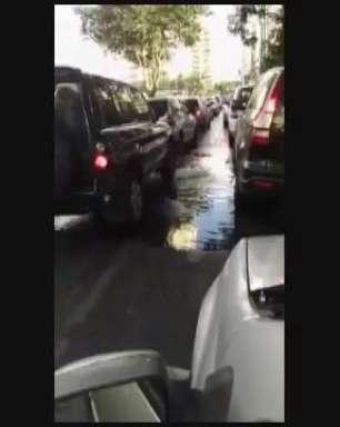 Esgoto entupido espalha água em rua da zona sul de São Paulo