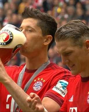 Vai um gole? Festa de título do Bayern tem guerra de cerveja