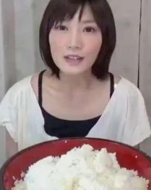 Após comer 4kg de macarrão, japonesa devora prato de arroz