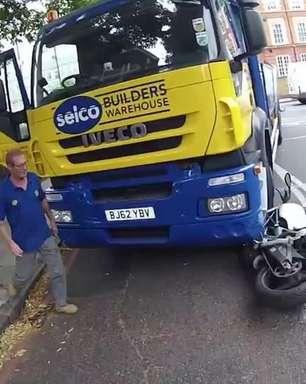 Motociclista filma seu atropelamento, escapa e ganha abraço