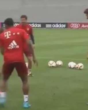 """Vidal vai para o """"bobinho"""" em primeiro treino pelo Bayern"""