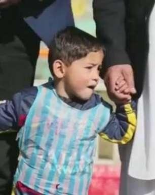 Menino afegão da camisa improvisada de Messi conhecerá ídolo