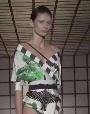 A estilista Lenny Niemeyer traz o Japão para a sua coleção moda praia