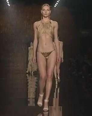 Grife de biquínis Água de Coco traz top models para a passarela