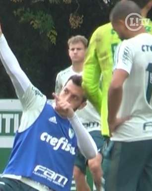 Dracena marca de voleio em rachão descontraído no Palmeiras