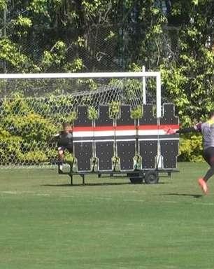'Mitinho'? Goleiro da base bate falta e acerta o ângulo em treino do São Paulo