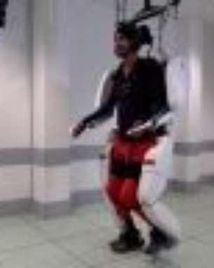 Vídeo mostra tetraplégico andando com ajuda de exoesqueleto controlado pela mente