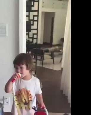 Andressa Suíta mostra filho mais velho, Gabriel, cantando hit do pai. Veja vídeo