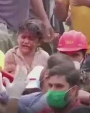 Sobreviventes são resgatados de prédio que caiu na Índia
