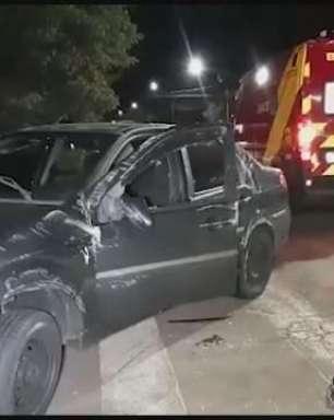 Veículo tomba após batida na Rua JK em Cascavel