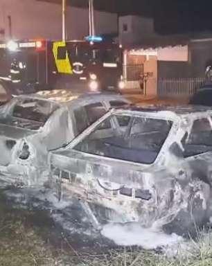 Carros ficam destruídos após incêndio no loteamento Belmonte