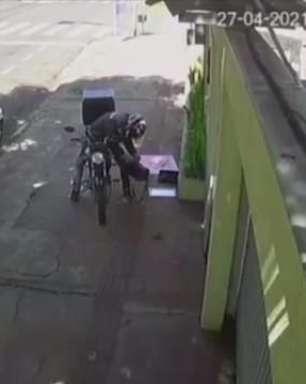 Câmera flagra motoboy furtando bolsa de morador de rua em Londrina