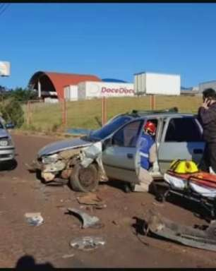 Batida entre três carros na marginal da BR 277 deixa vítimas feridas