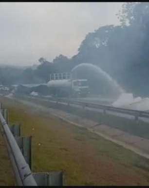 Motorista fica ferido após caminhão tombar e ter princípio de incêndio em Tibagi