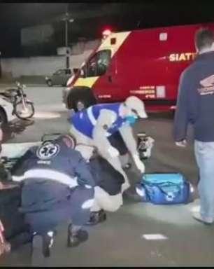 Batida entre carro e moto deixa jovem ferido na Avenida Rocha Pombo