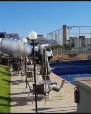 Caminhão na piscina: empresa segue trabalhos para a remoção do veículo