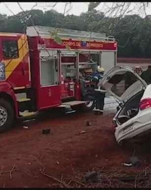 Casal fica gravemente ferido ao bater carro contra árvore na PR 585