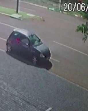 Vídeo: Motociclista 'voa' sobre carro em acidente no Bairro Santo Inácio