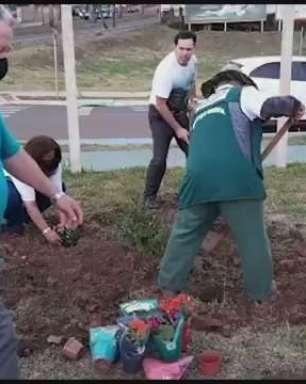 Plantio de flores e árvores é realizado por grupo Amigo dos Rios em Cascavel