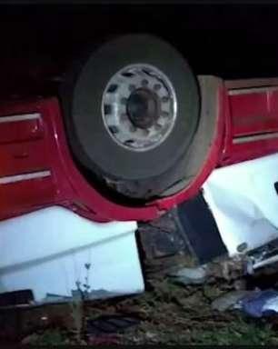 Carreta carregada com grãos de milho tomba e deixa motorista ferido na PR 486